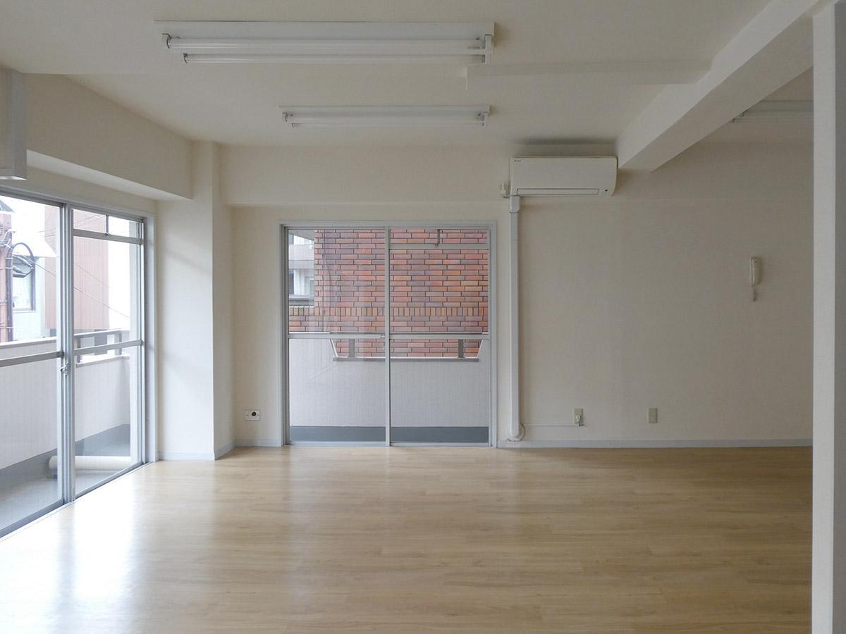 角部屋のため、室内は2面採光で明るい