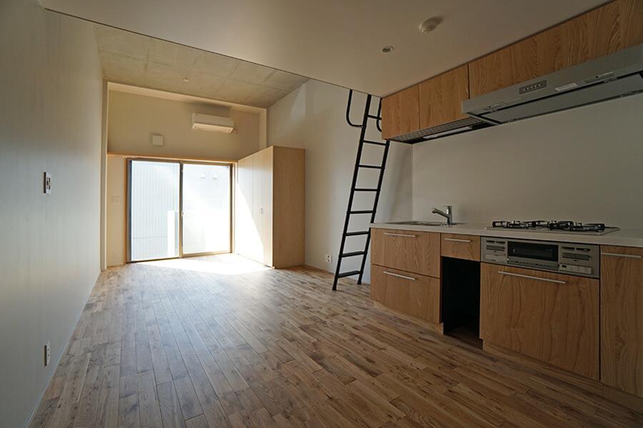 LDKはシンプルなワンルーム。窓際はベッドを配置する場所になりそう