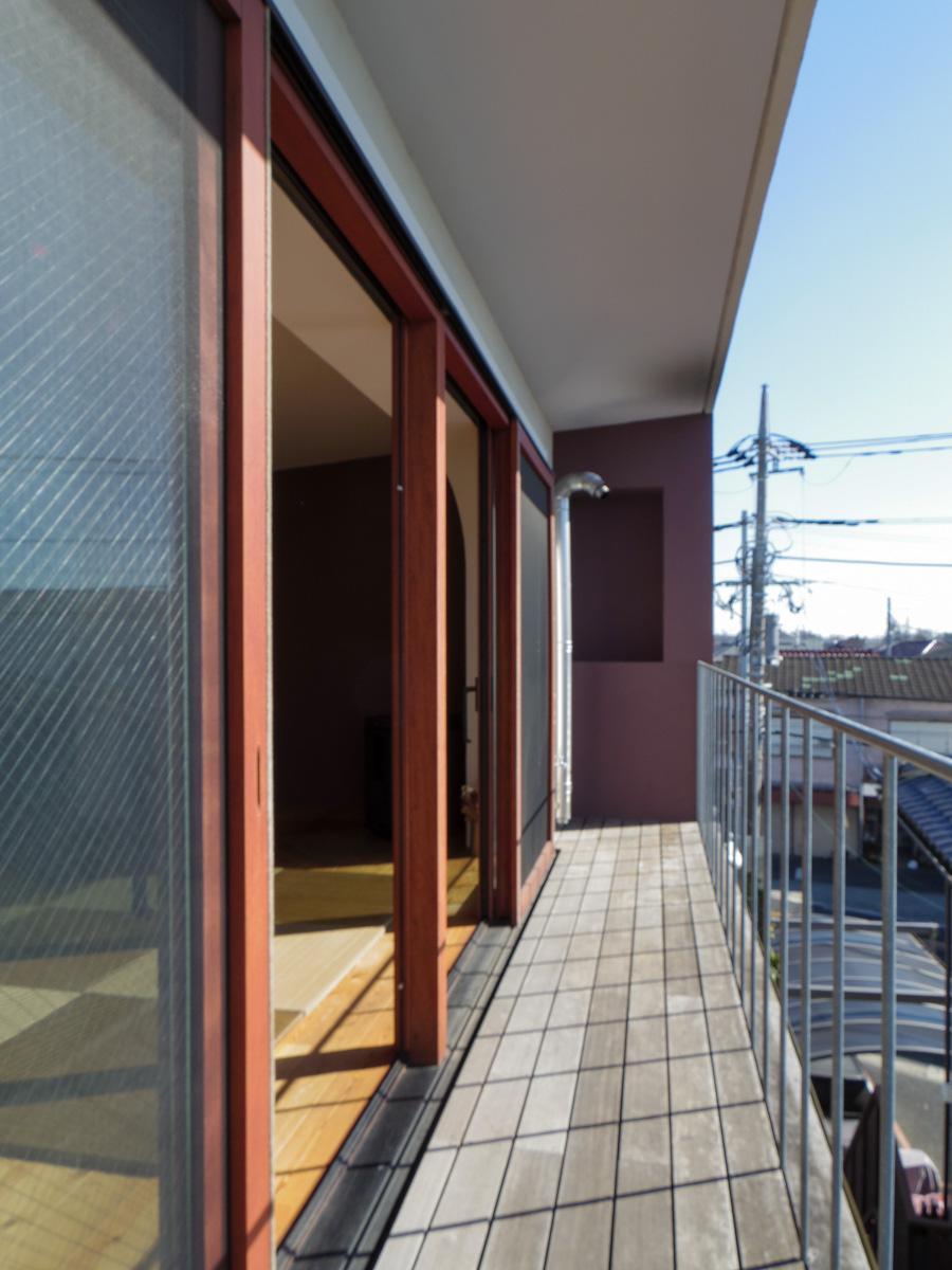 バルコニーはウッドデッキ敷き。左右に大きく窓が開いて、風通しも良さそう