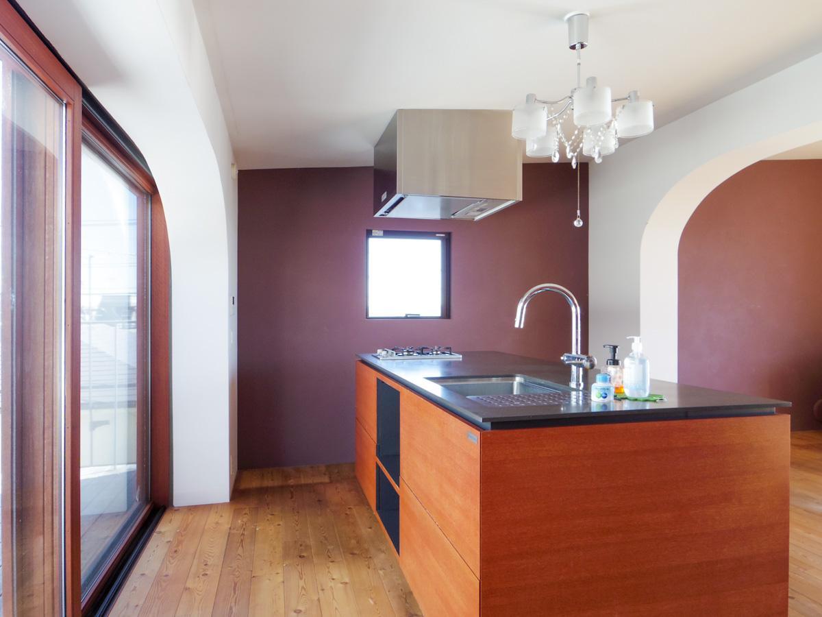 北側の大きな窓のおかげで気持ちよく料理ができそうなキッチン。コンロは2口