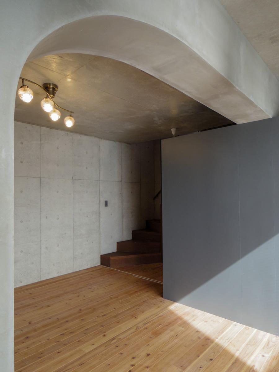 2階の寝室。丸みを帯びた梁が、見た目にも新鮮