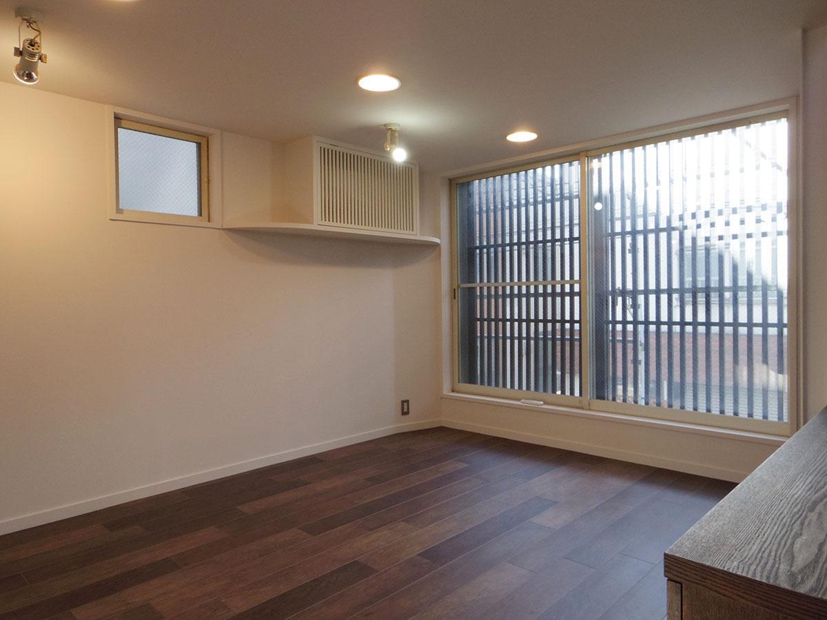 2階南側のスペース。外壁塗装中につきネットで覆われていますが、撤去されればさらに明るくなる