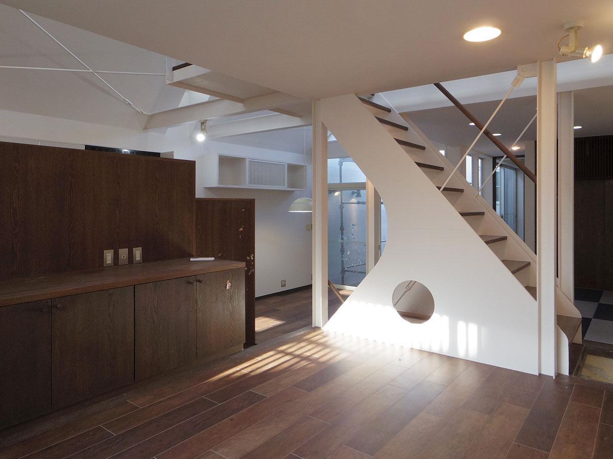 2階南側の窓から見た室内。階段や段差でスペースがゆるく区切られている