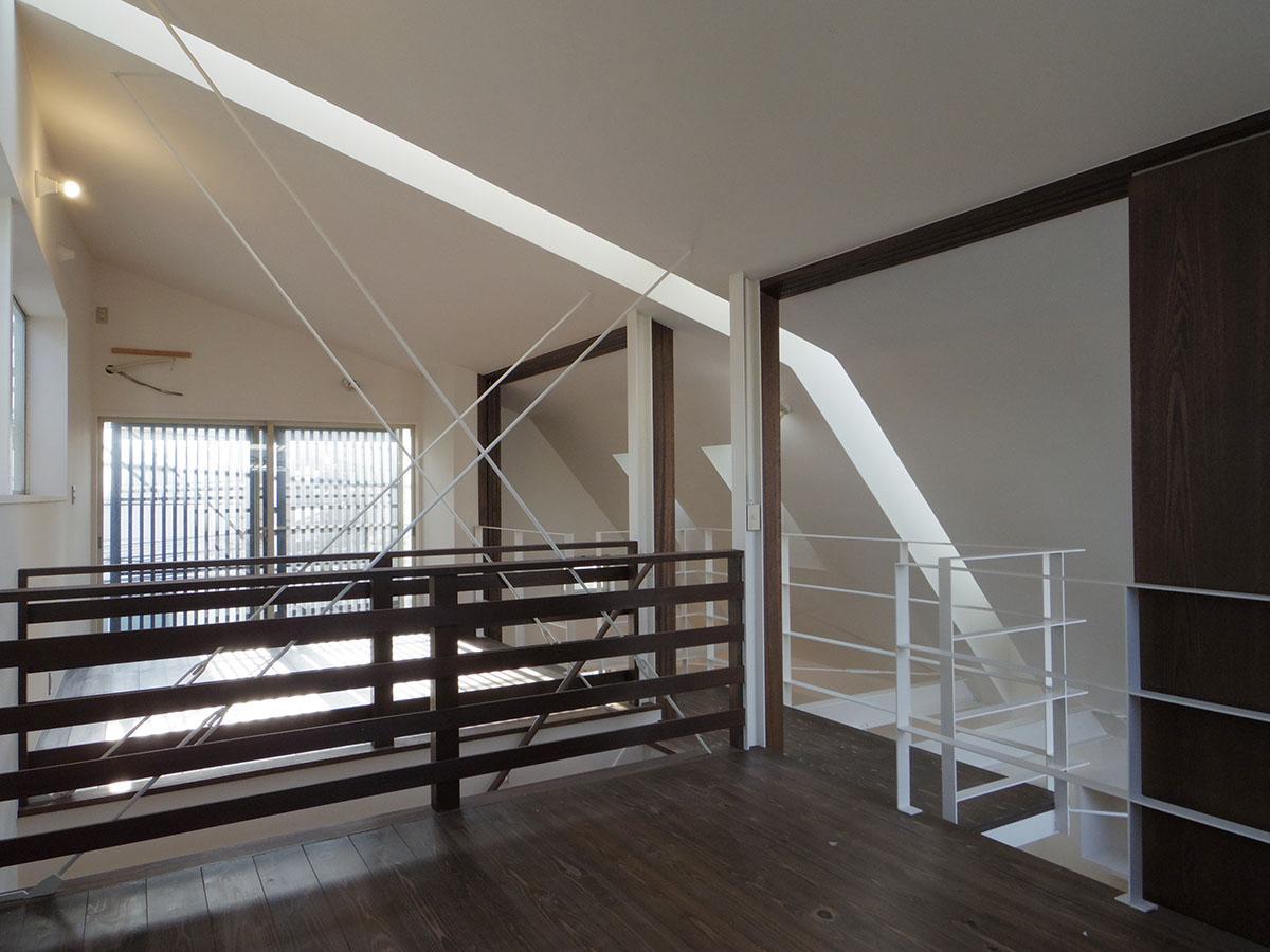 3階北側から見た室内。中央に入ったスリットから明るい光が入る