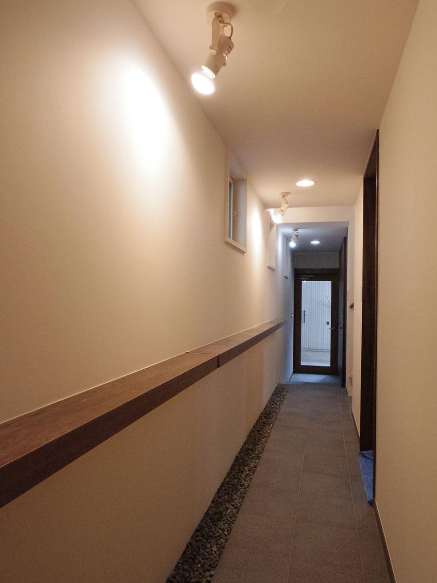 1階の廊下。絵やクラフトを飾れる台が活躍しそう