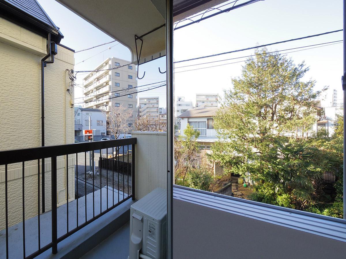 左:バルコニー(201)、右:窓からの景色(201)