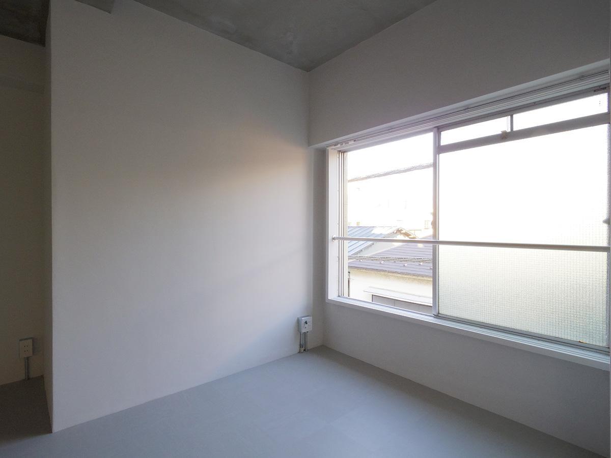 昔ながらの見付けの小さい窓サッシ(306)