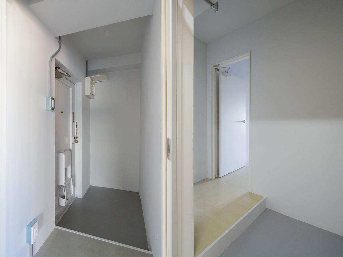 玄関。左:(302)、右:(303)