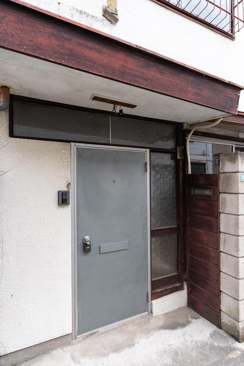 玄関は古い佇まいのまま