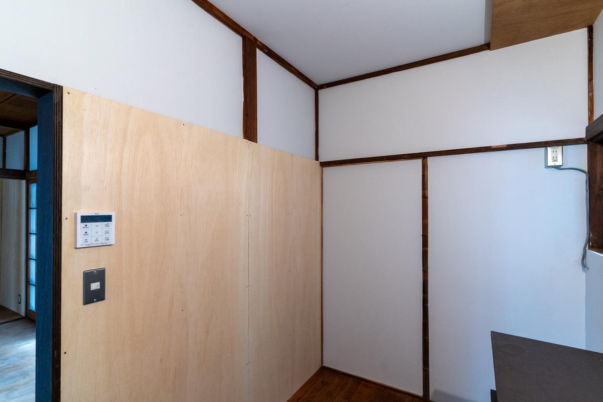 キッチン背面の合板部分は改装自由なので、棚などを取り付けてもOK
