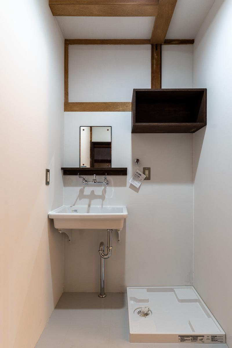 きれいな水回りに、もともとあったレトロな鏡だけ再利用しています