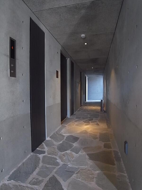 共用廊下はなんだか洞窟みたい