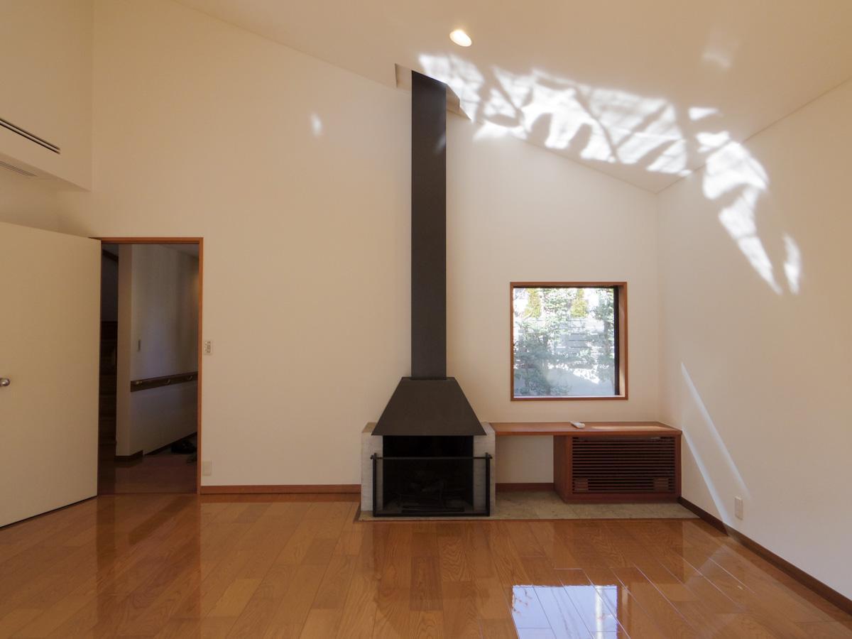 リビングには氏の真骨頂である暖炉。備え付けの棚などオリジナルを残しながらも、きれいにリフォームされている