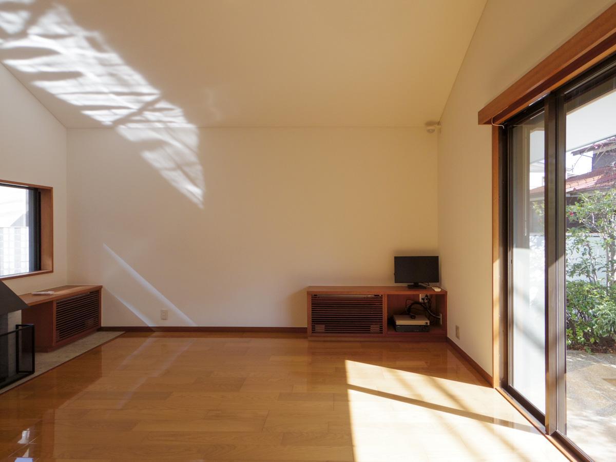 南の窓から入る太陽の光はあたたかく、室内を明るい光で満たしている