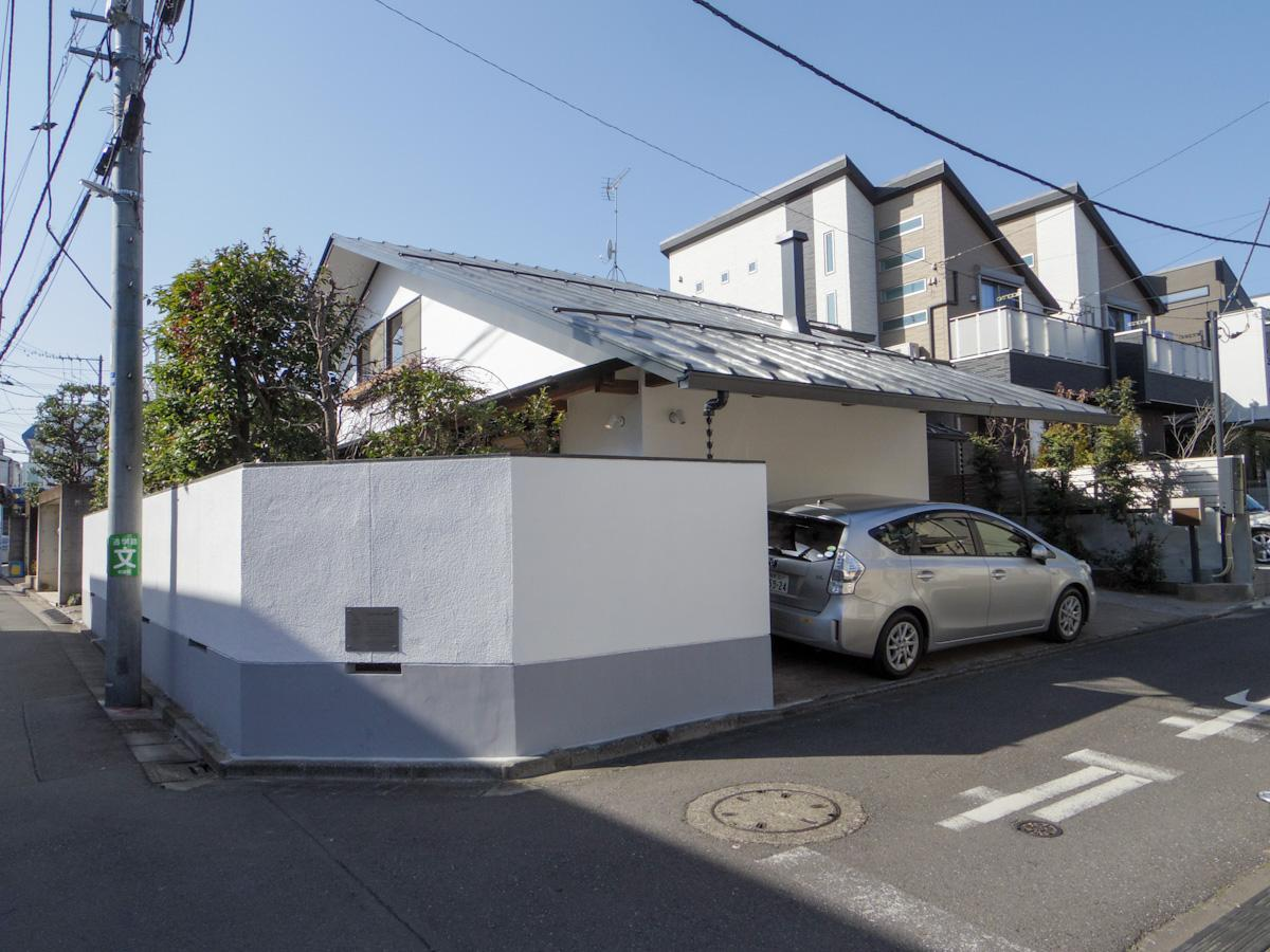 静かな住宅街の角地に佇む建物。どっしりと地に根を張るような立ち姿が印象的