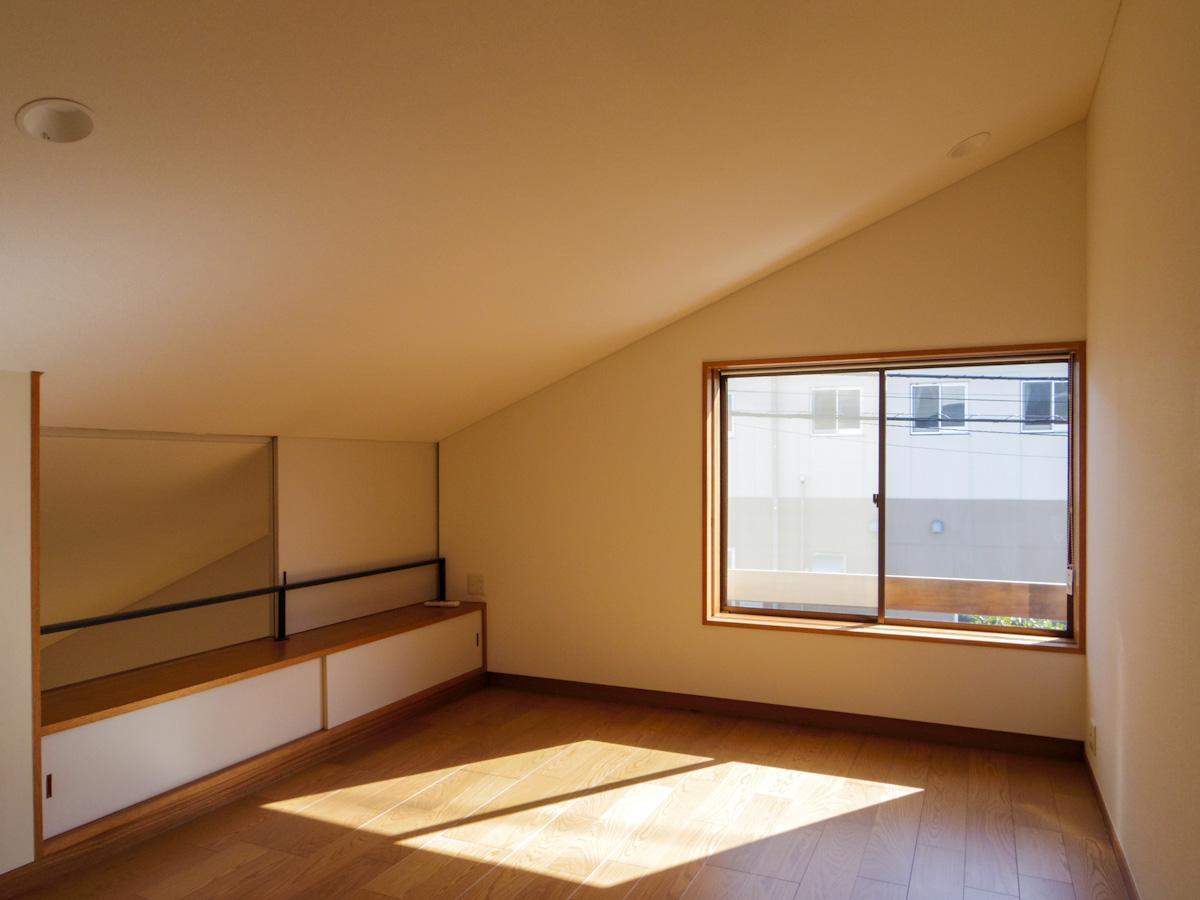2階の約8.5畳の洋室。リビングの吹き抜けへとつながる空間