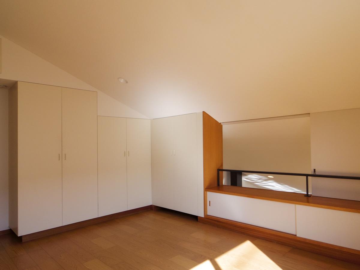 2階の約8.5畳の洋室。収納も豊富で、寝室や子供部屋にも良さそう