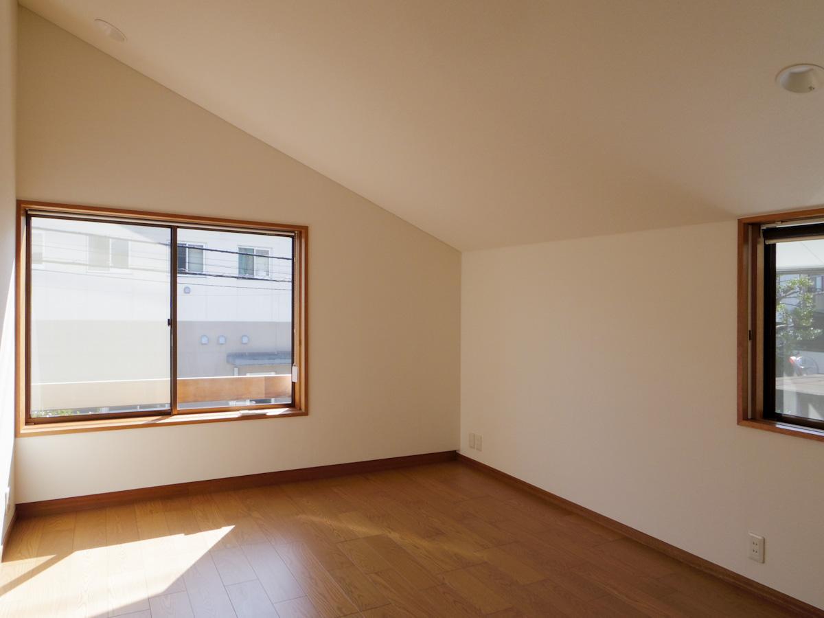 2階の約8畳の洋室