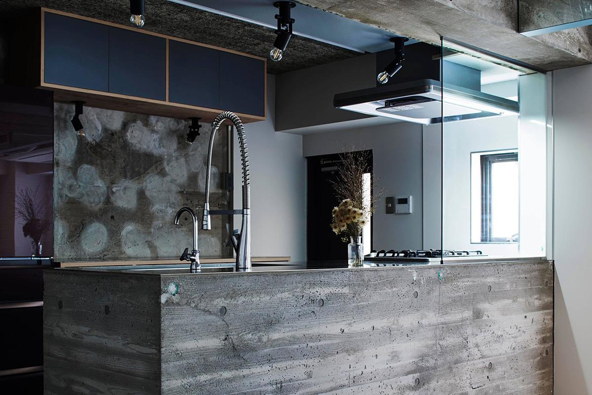 キッチン背面の壁はGLボンドの跡がアクセント