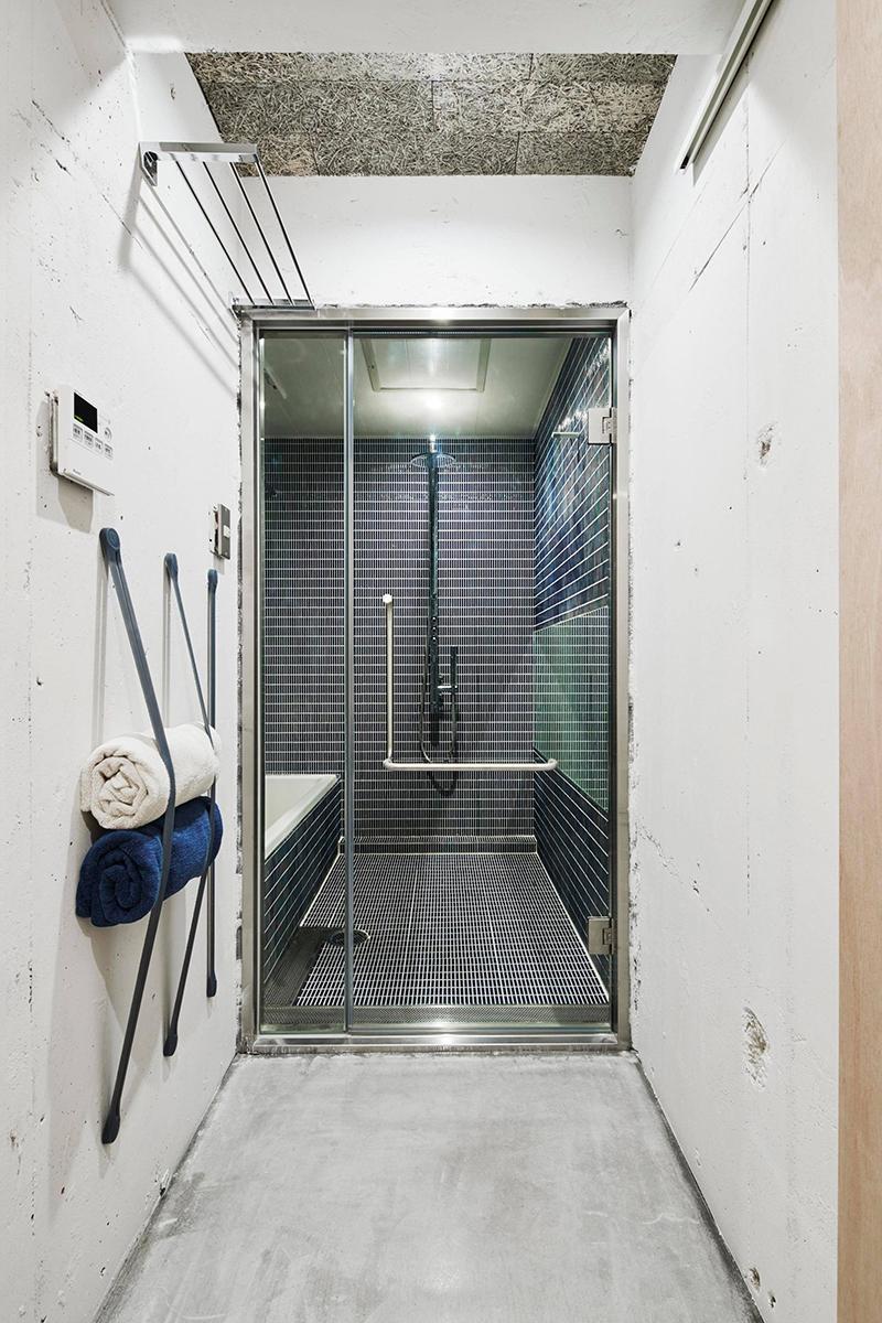 バスルームはガラスドア×モザイクタイル