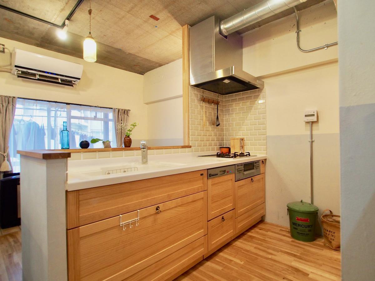 木製のキッチンもかわいい。食器洗浄機がついている