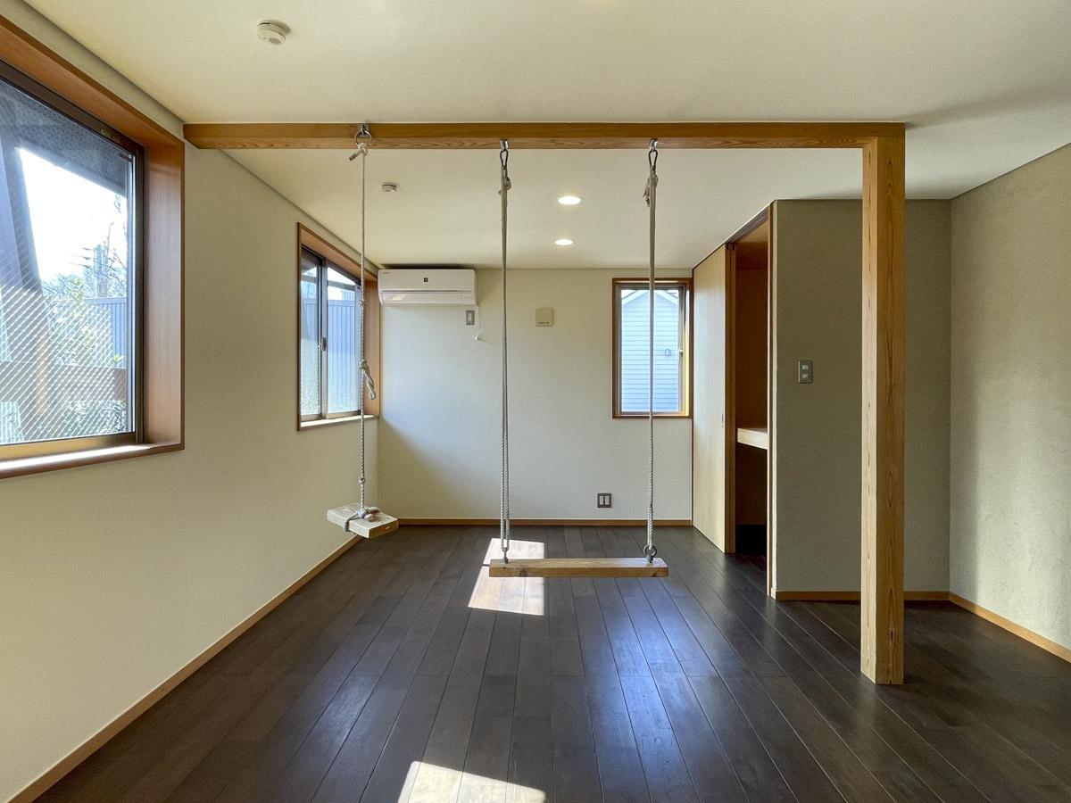 約9畳の洋室は二つに区切ることも可能。残されたブランコの遊び心が可愛い