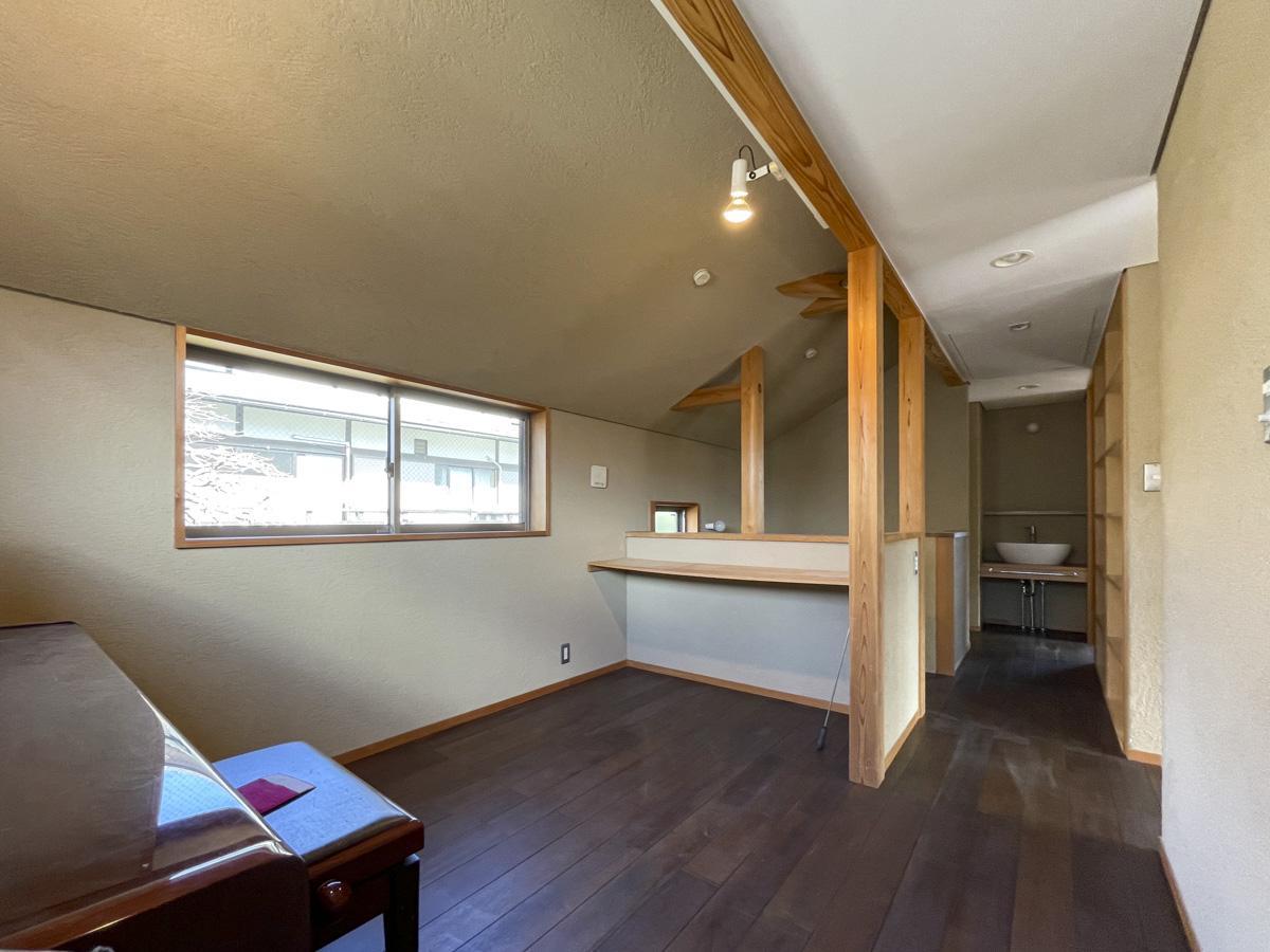 階段横のフリースペースは趣味や仕事の場所に。廊下の上部から階段を引き出して、屋根裏もあります