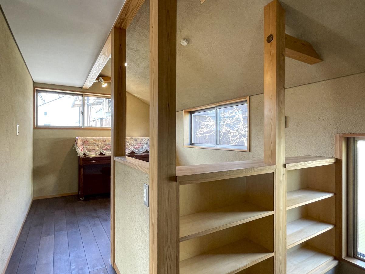 フリースペースを別角度から。廊下には壁一面に本棚があります