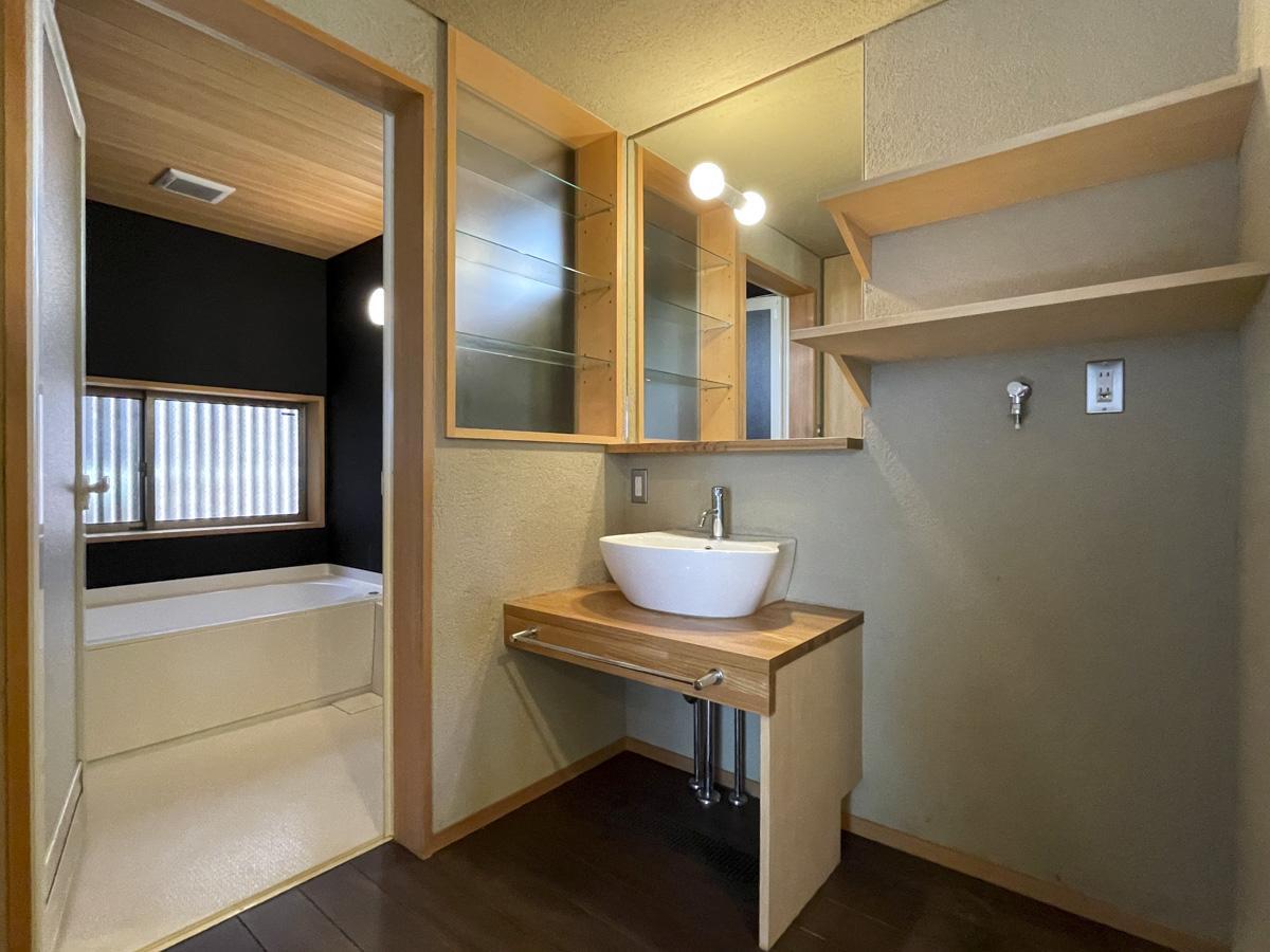 脱衣スペースはゆったり、洗面台はコンパクトサイズ