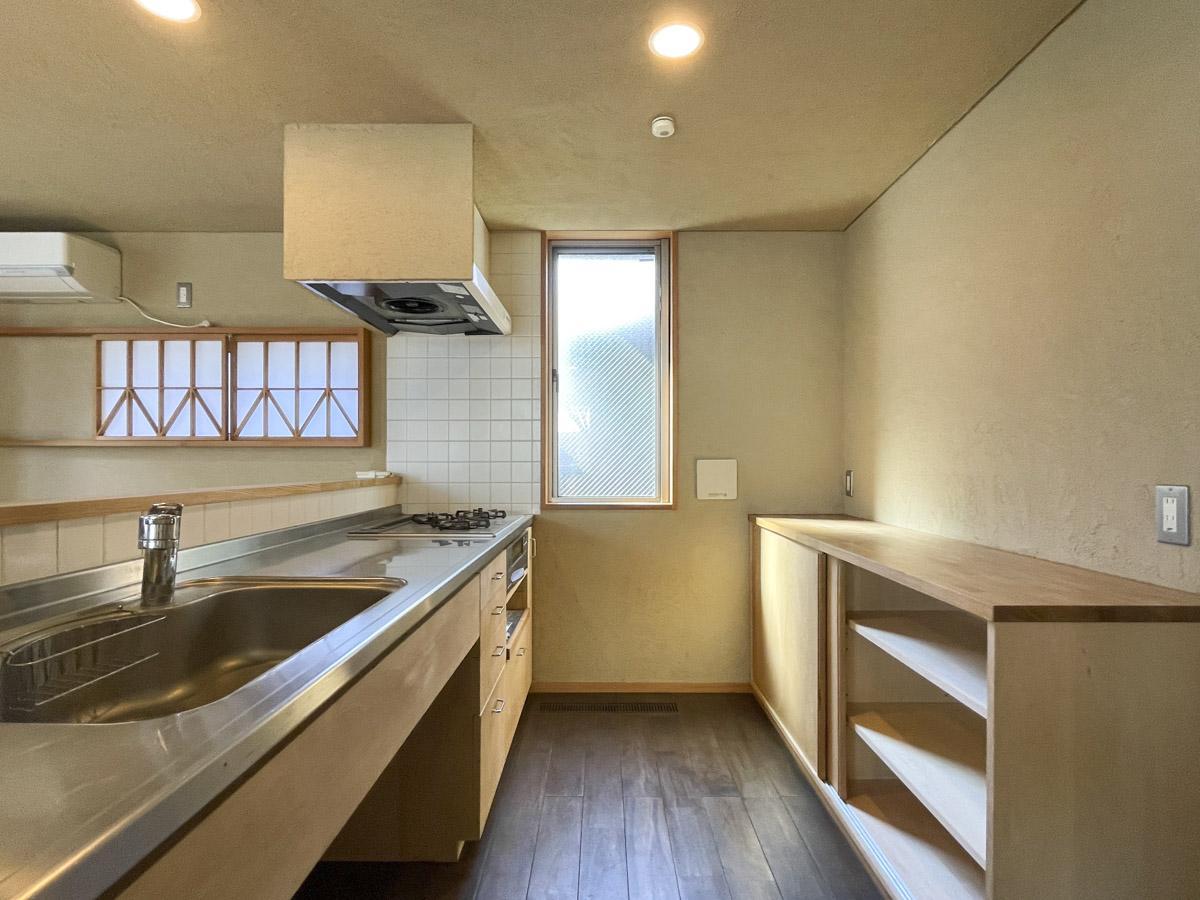 キッチンはガスコンロ3口の仕様。背面には造作家具で使い勝手もよく