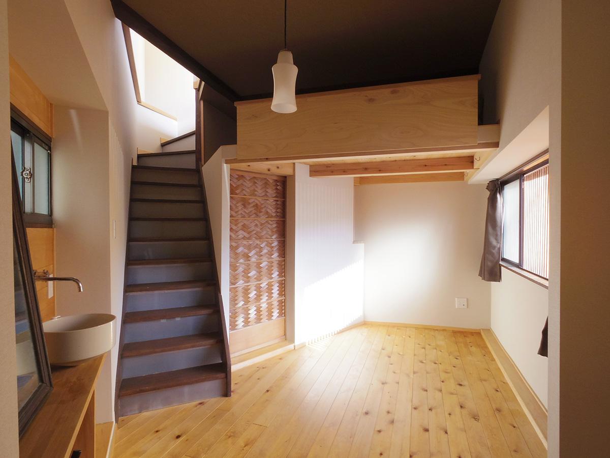 1階は水回りの上部にロフトを設置。このスペースで寝ると、空間をスッキリ使える