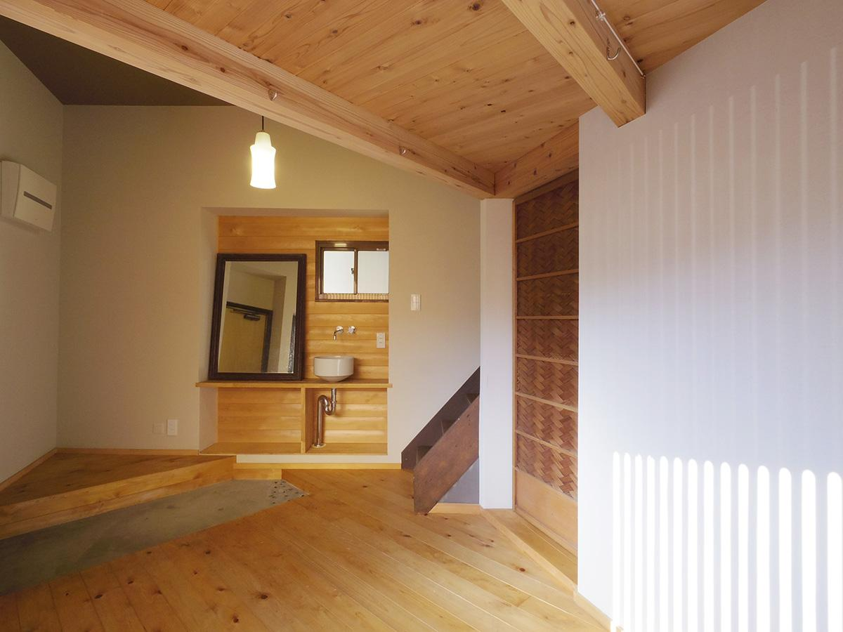 無垢のヒバ材を床や壁に張りあたたかみのある空間に