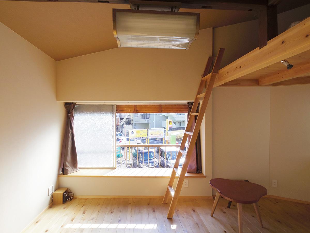 出窓の奥行きは40cm。腰掛けにもちょうどいい