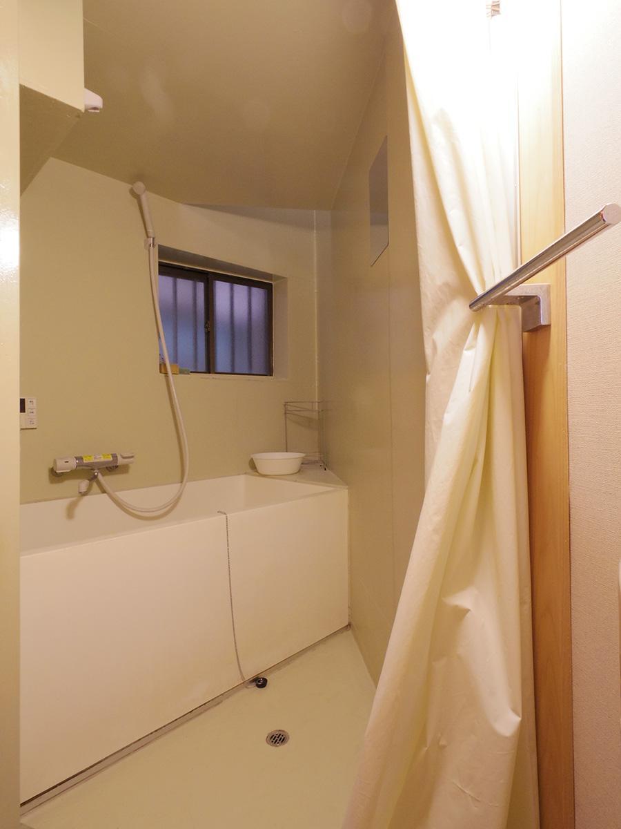 三角形の浴室。奥が吹き抜けになっていて、やわらかい光が差し込む