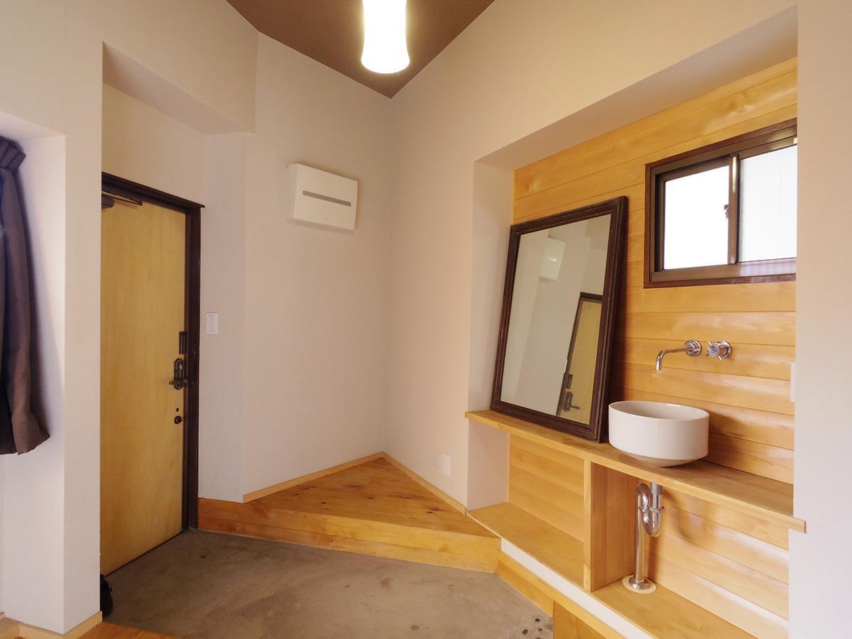 玄関。土間はゆったりしたサイズ。洗面があるので帰ってきて、すぐに手洗いができる、今の時代にもフィットしたつくり