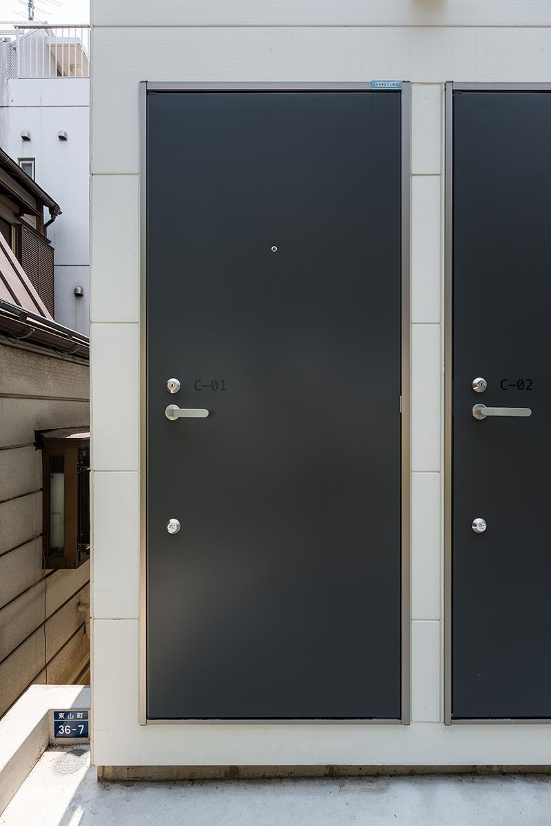 2階へのエントランスも1階部分にあります(写真:平井広行)
