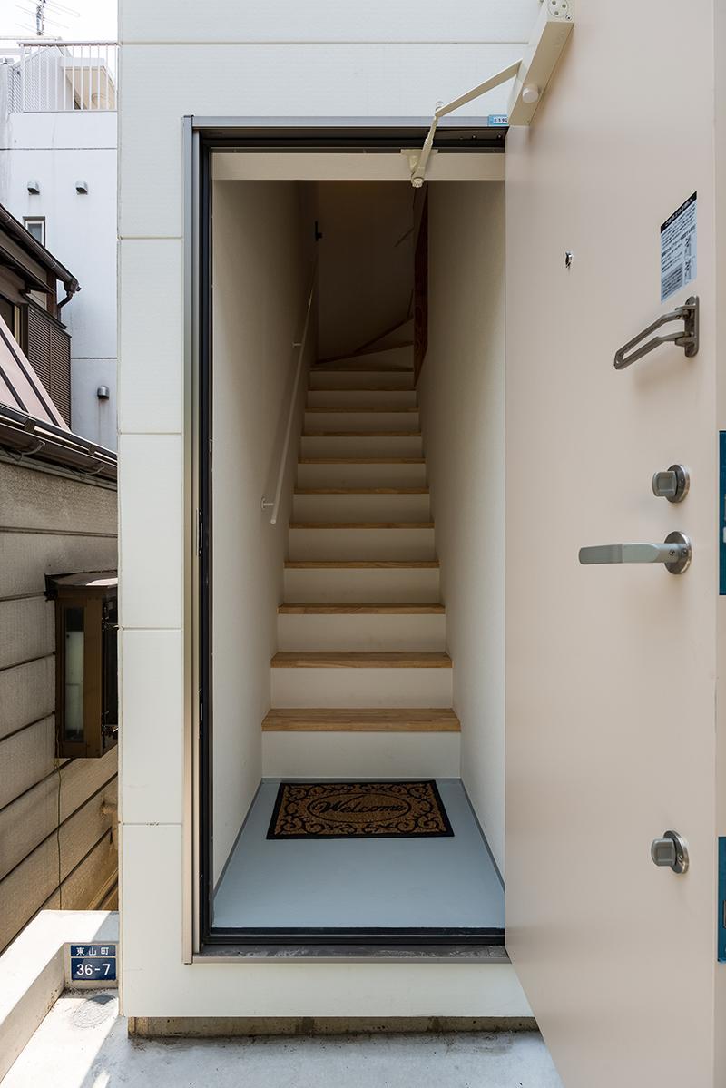 2階区画にはこちらの入口から階段を上ります(写真:平井広行)