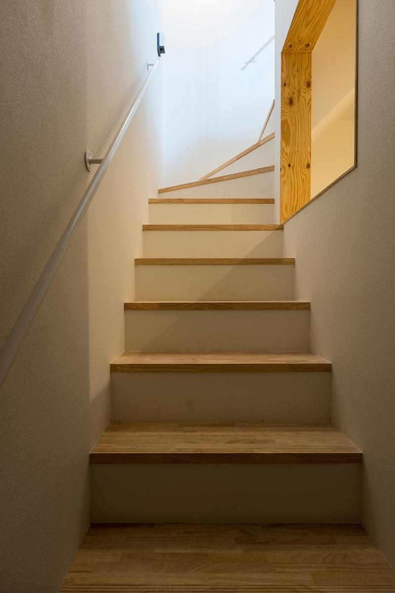 2階区画にはこちらの入口から階段を上り、途中右手に見えるのが中2階のロフト(写真:平井広行)