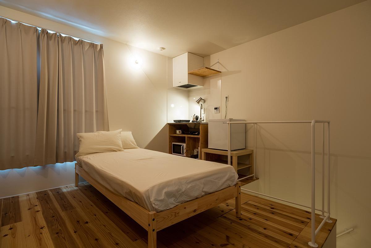 (2階)ホテル運用時は2階にもベッドを置いていましたが、中2階ロフトに寝て、こちらをリビングとしても暮らせます(写真:平井広行)