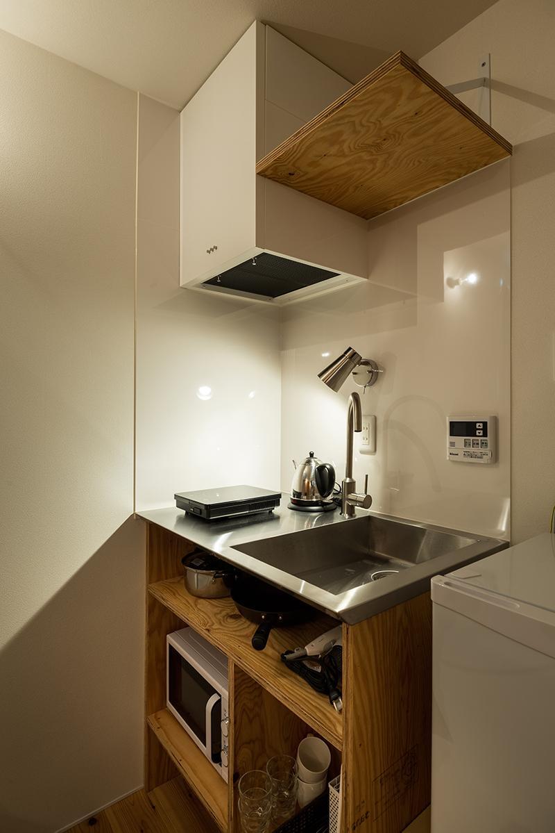 (2階)必要最低限のミニマルなキッチン(写真:平井広行)
