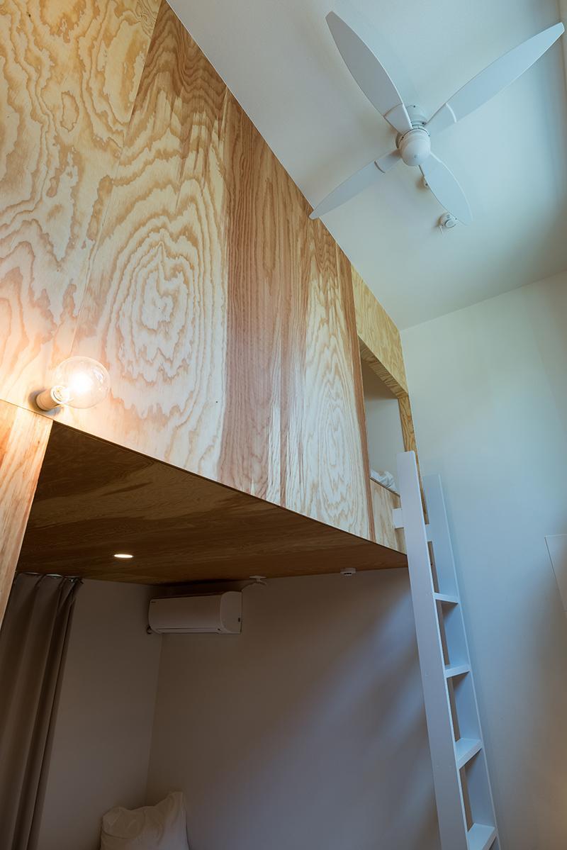 (1階)はしごを上った先が1階区画のロフト(写真:平井広行)