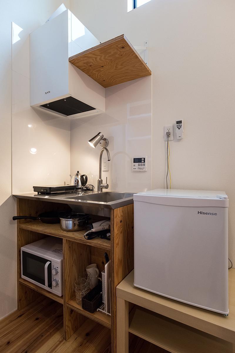 (1階)必要最低限のミニマルなキッチン(写真:平井広行)