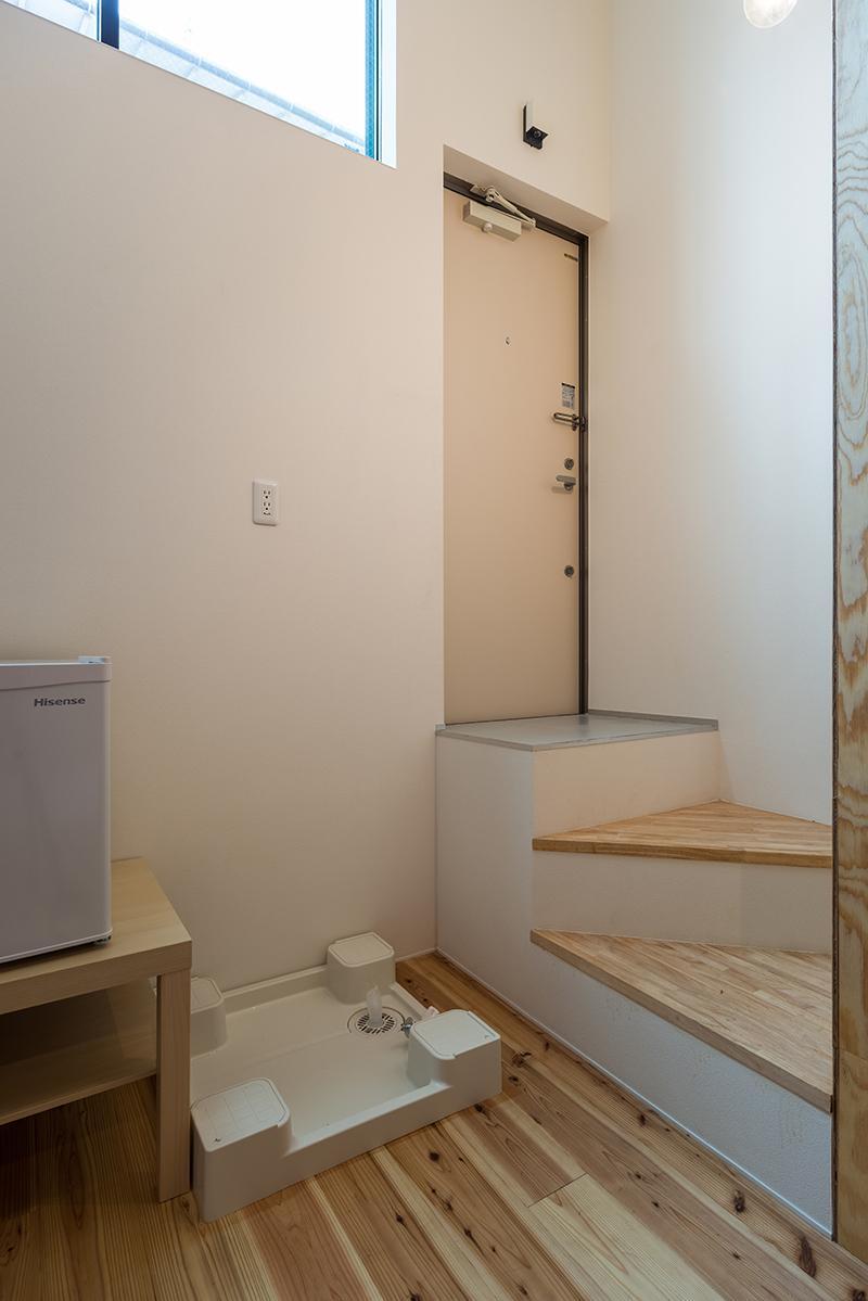 (1階)玄関入ってすぐ数段下がるおかげで天高をより感じられます(写真:平井広行)