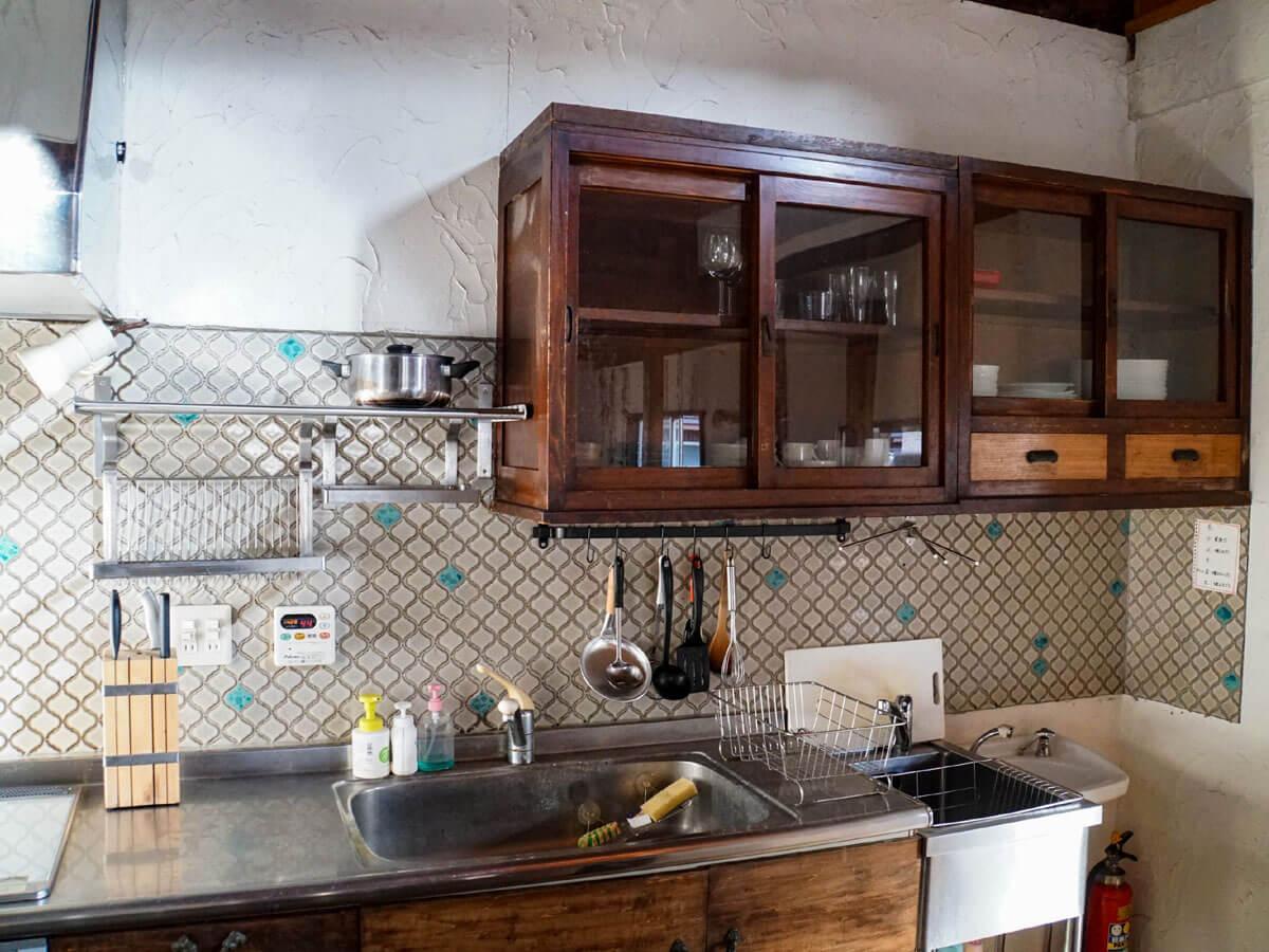 5人には十分なキッチン、共用の調理道具もいろいろ