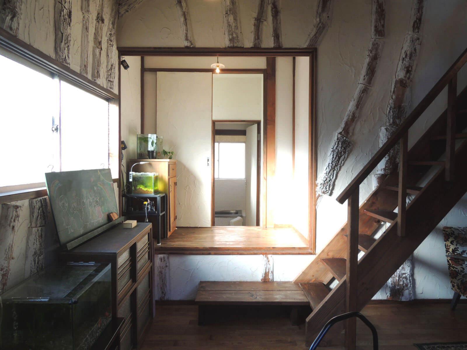 お風呂場と洗面所の入口は、リビングの端のほうに