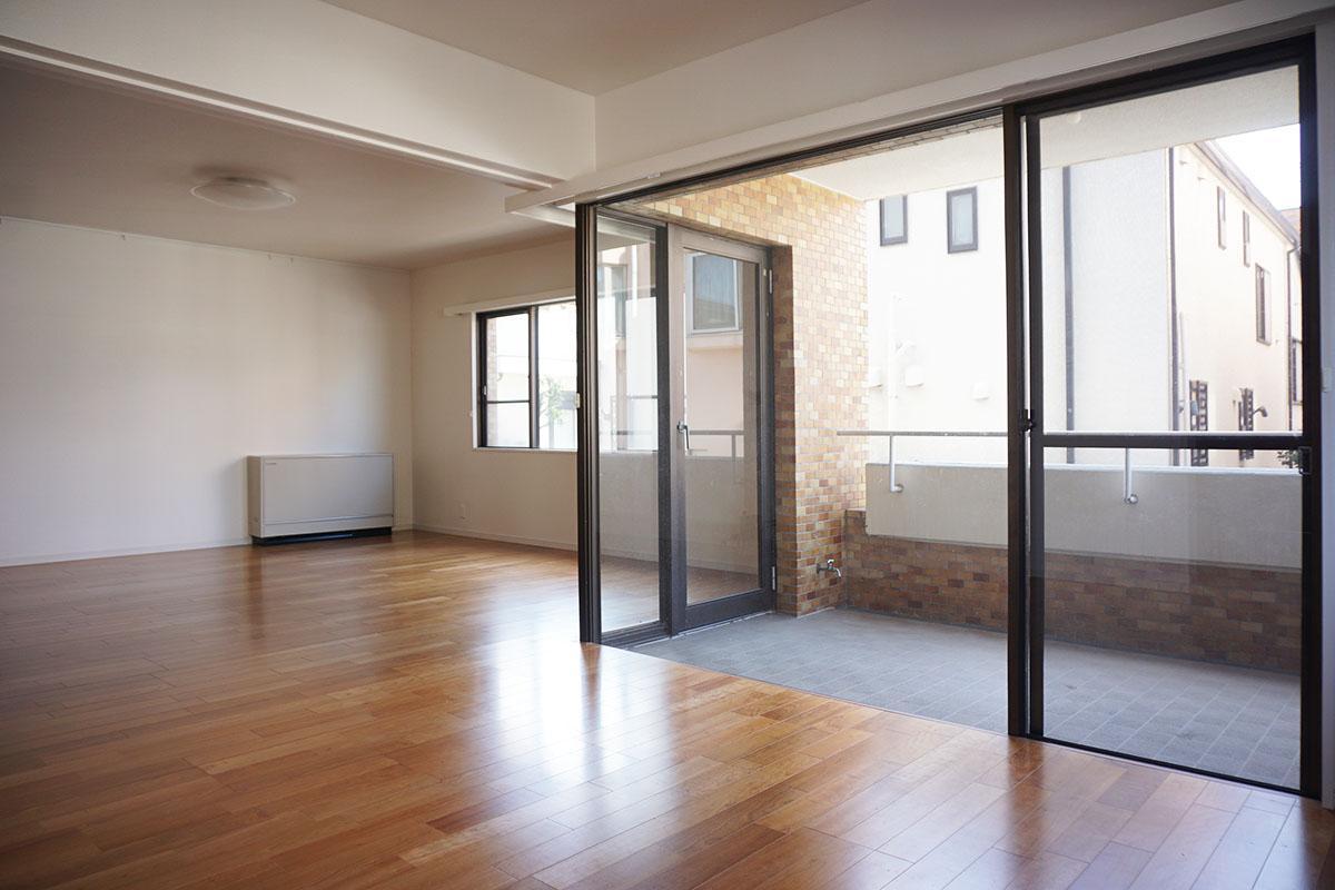バルコニーを囲むL字の窓が印象的。黒いサッシで空間が締まる
