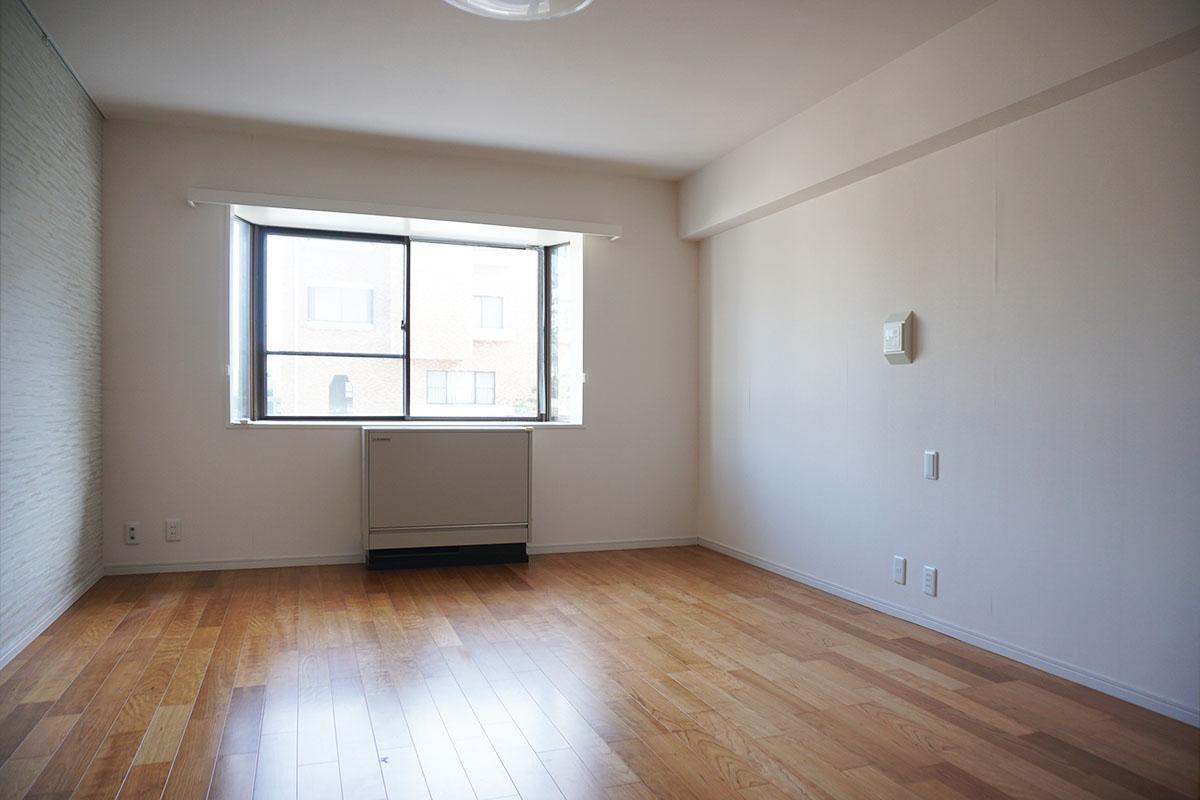 10.5畳寝室。シンプルな内装なので家具も合わせやすい