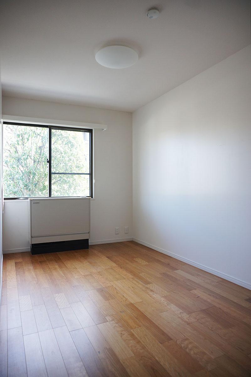 南側の5.3畳の洋室。こちらからも緑がちらり
