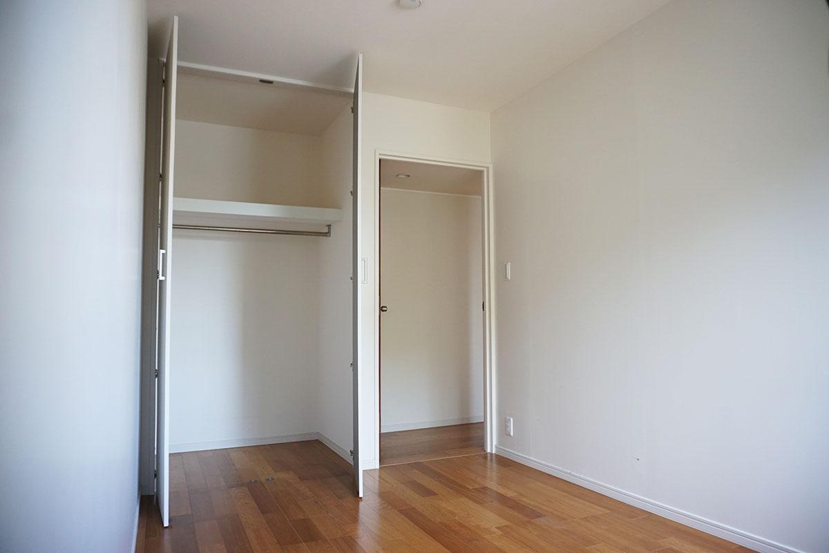 南側の5.3畳の洋室。2段収納で下はハンガーバー付き、奥行は1.2m