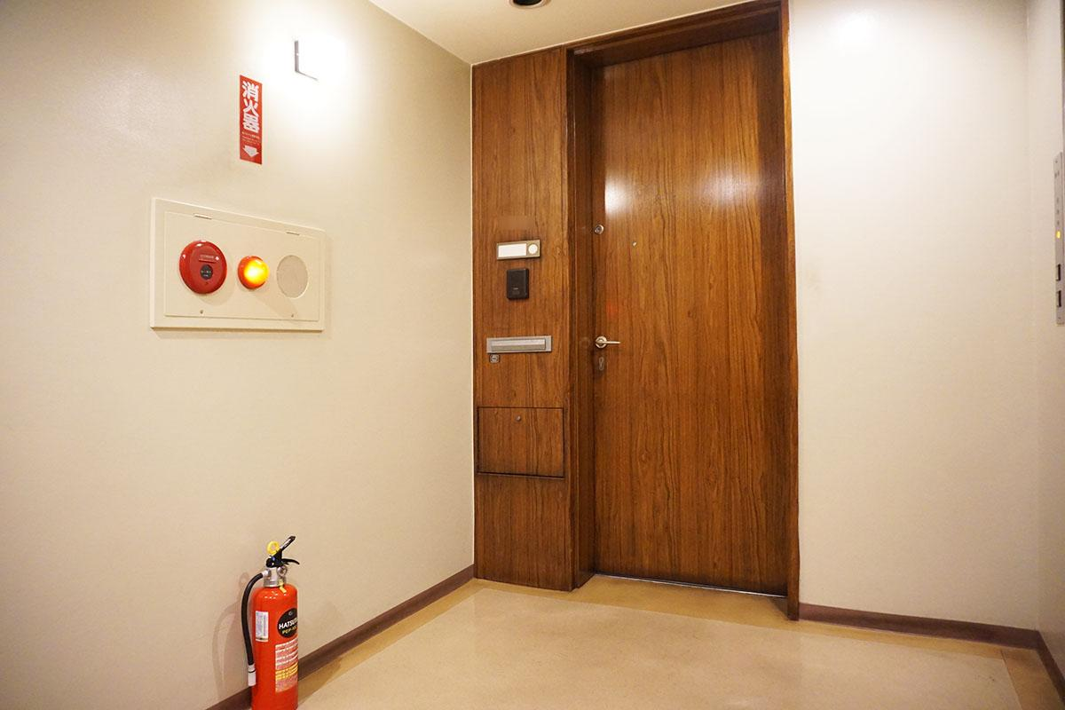 渋くてかっこいい玄関ドア。お隣さんは1区画のみ